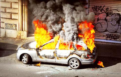 der gro e knall wann explodiert ein auto nach der. Black Bedroom Furniture Sets. Home Design Ideas